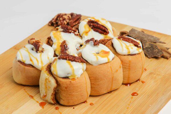 سينامون رول مغطاة بصوص الجبنة وصوص الكراميل مع البيكان - شركة زن للأغذية